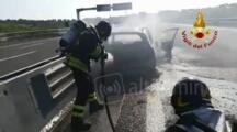VIDEO Auto a gpl prende fuoco all'improvviso durante la marcia in autostrada