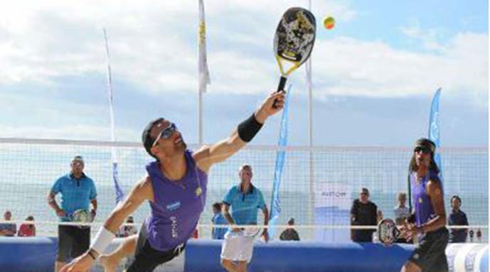 Una partita di beach tennis