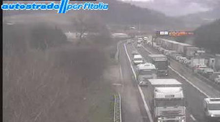 Camion in fiamme sulla A14