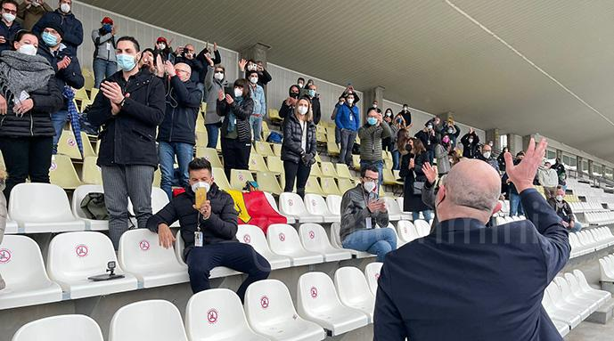 L'applauso comune con i sanitari in tribuna d'onoro