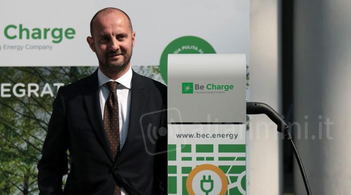 Colonnina per ricarica auto elettriche Be Charge e il managing director Paolo Martini