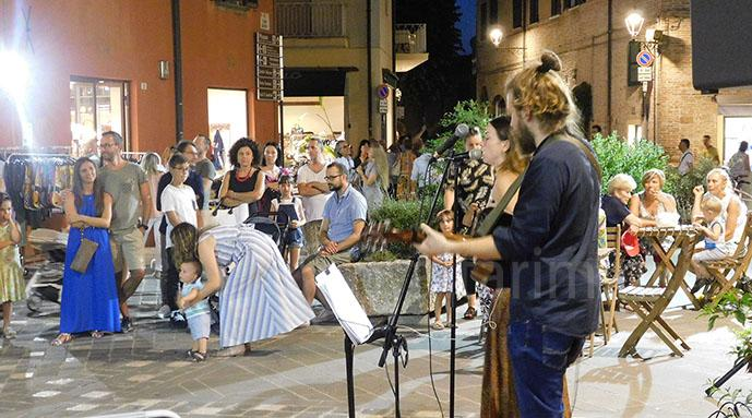 Shopping Night, un musicista