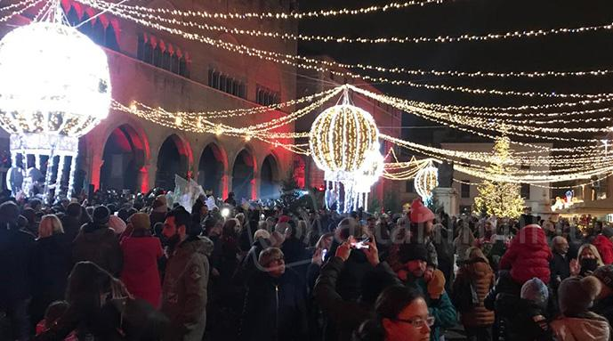 Le mongolfiere luminose in piazza Cavour